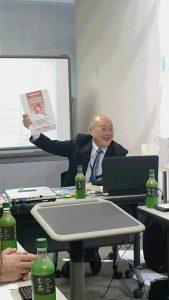 講師の生田目裕先生。優しい笑顔での講義に空気も和らぐ。