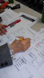 実習で熱心にペンをとる受講生。